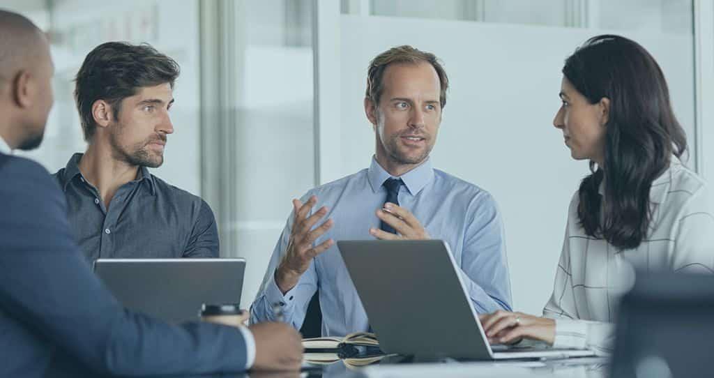 imagem mostra uma reunião de acionistas discutindo a distribuição desproporcional de lucros